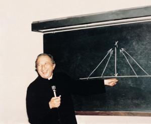 Don Giussani alla lavagna durante una lezione