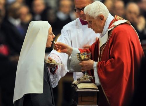 benedict-xvi_communion